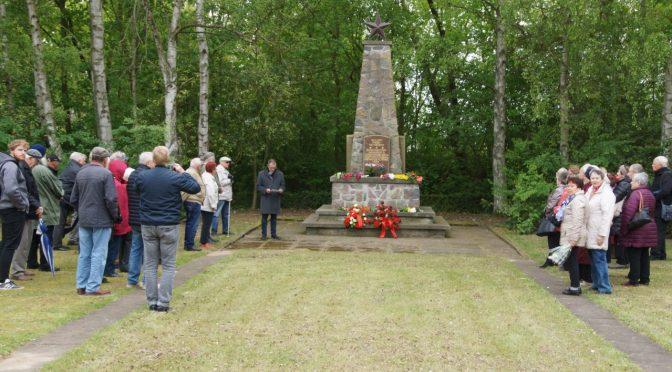 Blumen am sowjetischen Ehrenmal zum Tag der Befreiung